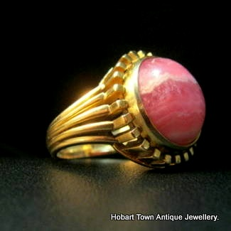 A Quality Pink Agate & 14ct Gold Ladies Ring